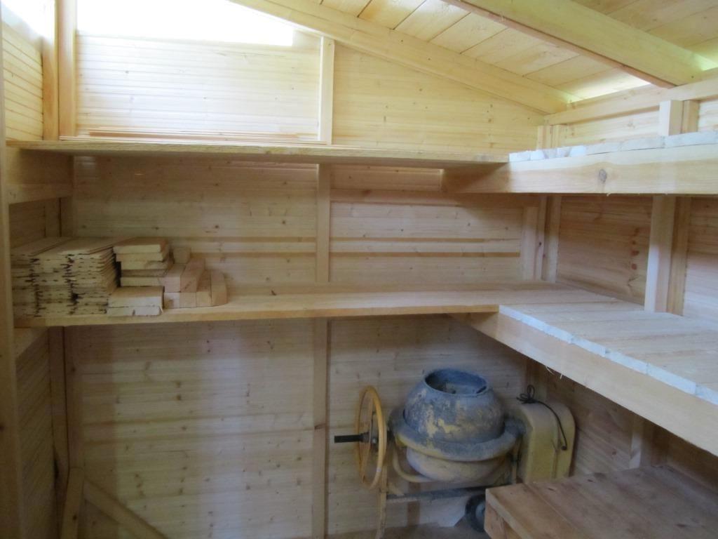 деревянные полки в сарае