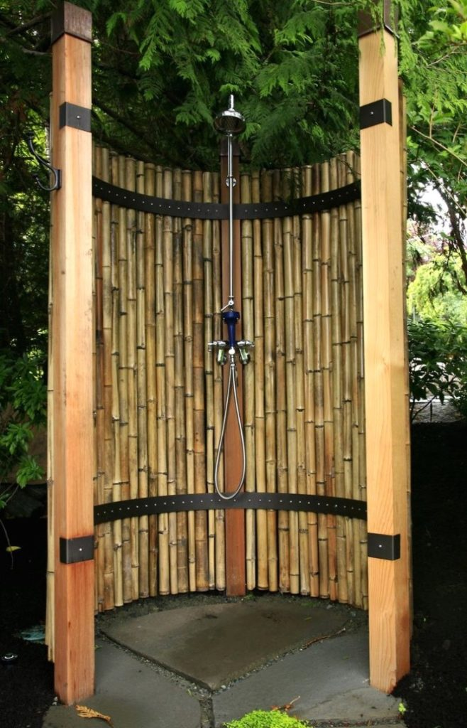 круглый душ на даче из бамбука