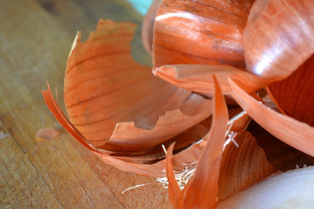 коктейль из кожуры лука положительно влияет на рост всех домашних растений