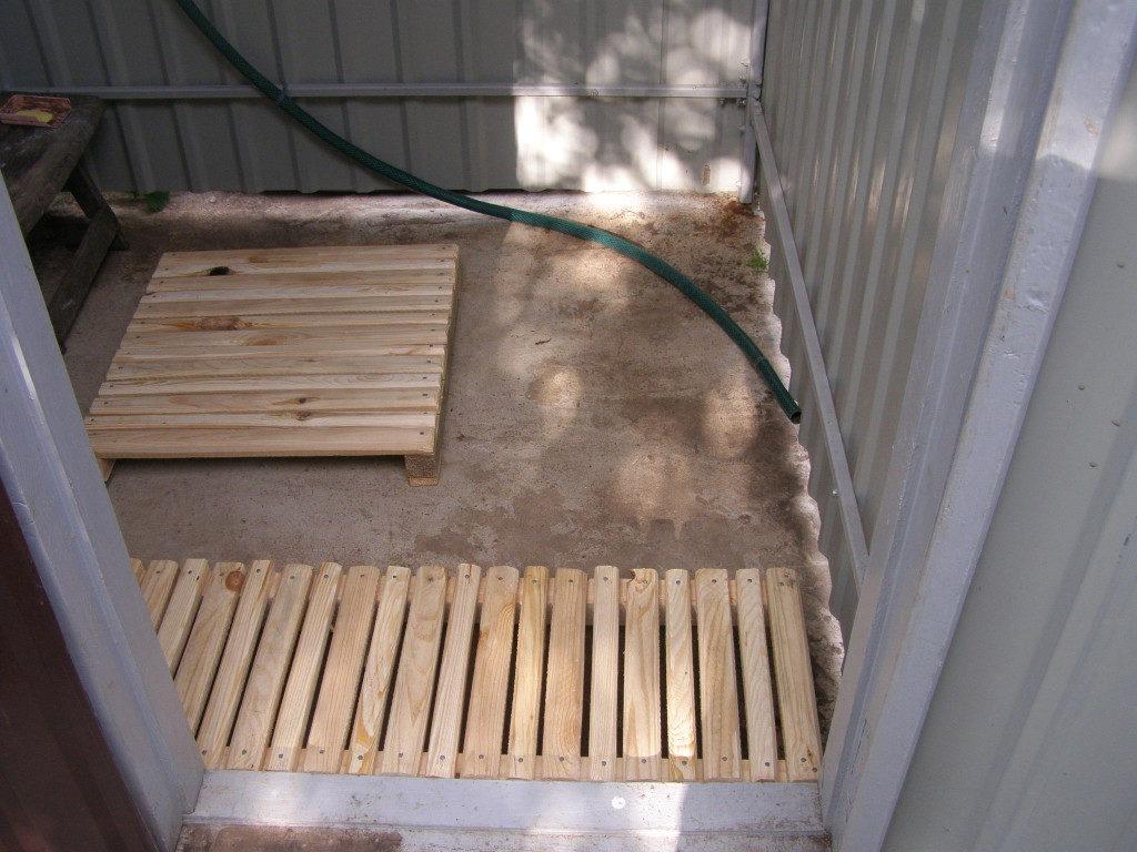 Сверху укладываем деревянные поддоны, они заменяют пол