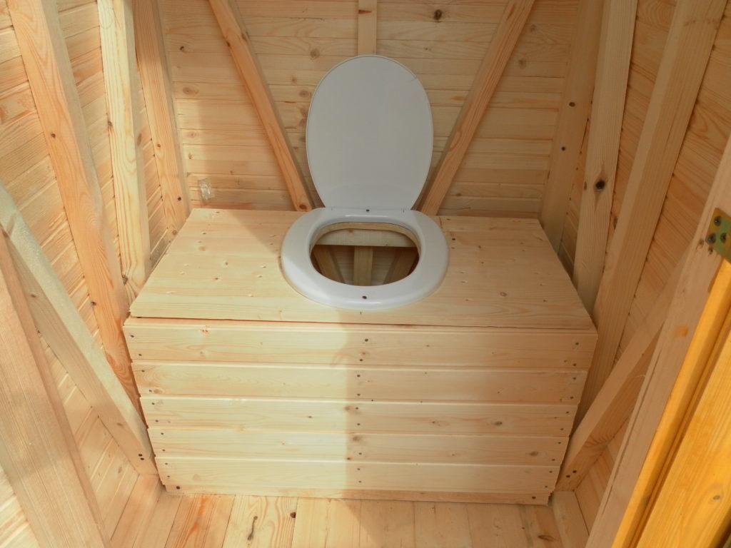 стульчак в дачном туалете делают из древесных досок