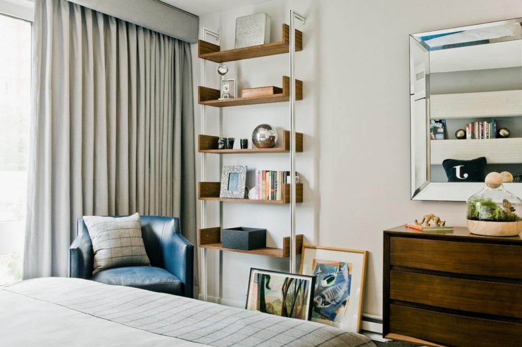 устанавливаемые возле стен стеллажи для книг также должны быть удлиненными